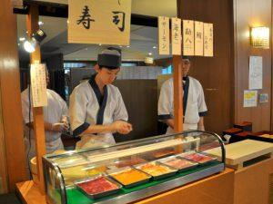 自助餐厅的现场握寿司服务开始啰♪